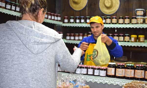 Jorge Weber da Linha Moreira vendendo produtos - Agroindústrias de Gramado estão presentes na Festa da Colônia