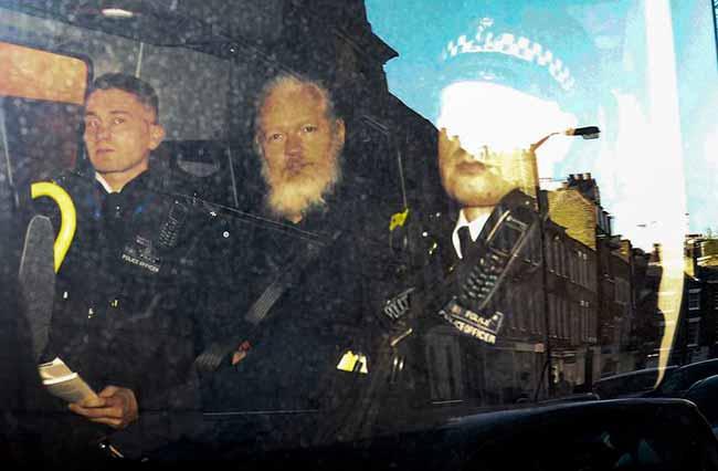 Julian Assange - Assange é condenado a 50 semanas de prisão no Reino Unido