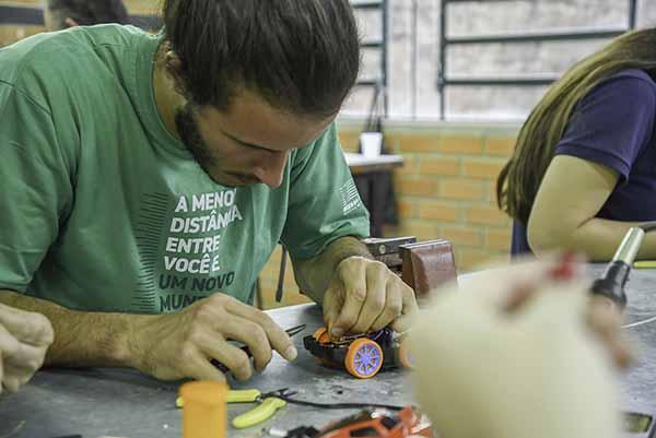 Oficina de adaptação dos brinquedos da Feevale em Novo Hamburgo - Feevale vai doar brinquedos eletrônicos para crianças com dificuldades motoras