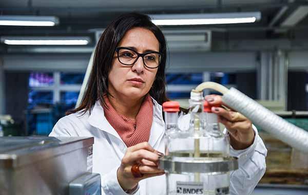 Paula no Laboratório Aquário na Feevale em Novo Hamburgo - Pesquisa busca reutilizar componentes sólidos dos efluentes do Polo Petroquímico de Triunfo