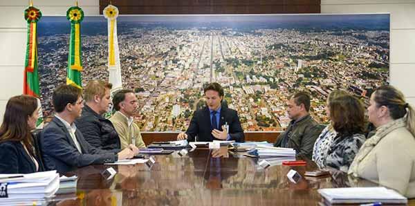 Prefeito Daniel Guerra assina ordem de início de asfaltamento 3 - Assinada ordem de asfaltamento da rua Gerson Andreis em Caxias do Sul