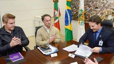 Prefeito Daniel Guerra assina ordem de início de asfaltamento 390x220 - Assinada ordem de asfaltamento da rua Gerson Andreis em Caxias do Sul