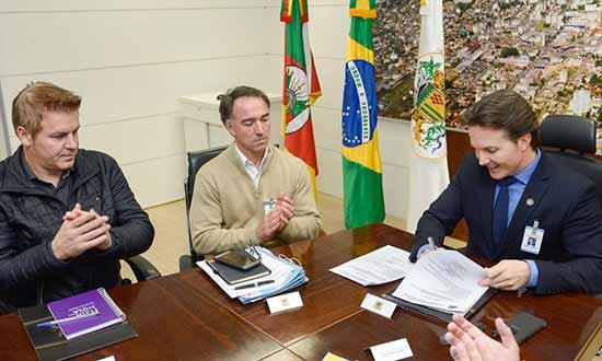 Prefeito Daniel Guerra assina ordem de início de asfaltamento - Assinada ordem de asfaltamento da rua Gerson Andreis em Caxias do Sul