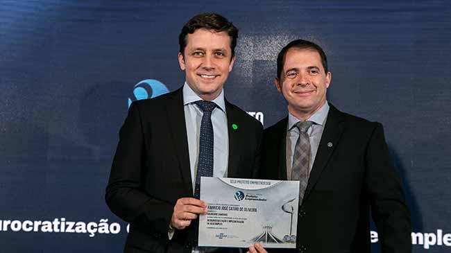 Prefeito de Balneário Camboriú sendo premiado - Prefeito de Balneário Camboriú e de São João Batista são premiados