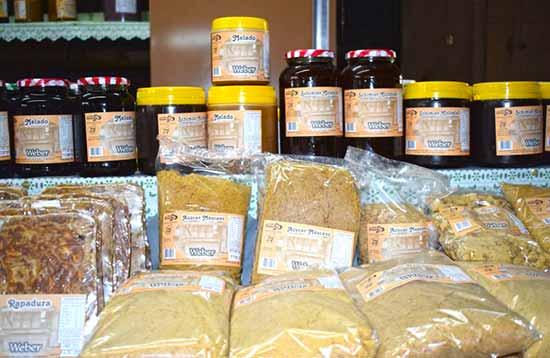 Produtos derivados da cana de açúcar em exposição - Agroindústrias de Gramado estão presentes na Festa da Colônia