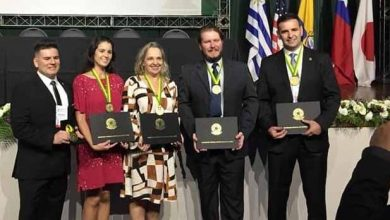 Professores receberam prêmio durante congresso 390x220 - Professores da Feevale foram contemplados com Comenda do Mérito Biomédico