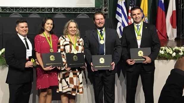 Professores receberam prêmio durante congresso - Professores da Feevale foram contemplados com Comenda do Mérito Biomédico