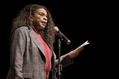 Zezé interpretou Carolina Maria de Jesus - Zezé Motta emociona a plateia na PUCRS