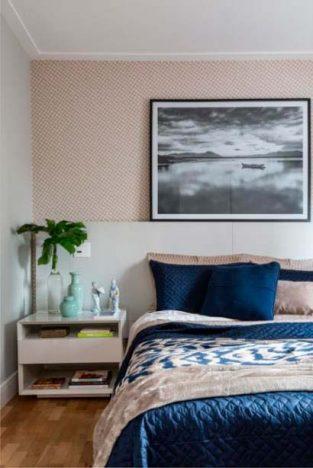 quarto2 313x468 - Quarto aconchegante: revestimento de parede, cabeceira e criado-mudo