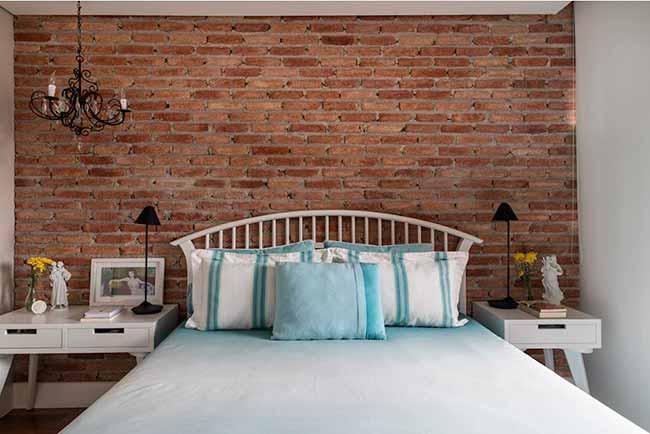 quarto6 - Quarto aconchegante: revestimento de parede, cabeceira e criado-mudo