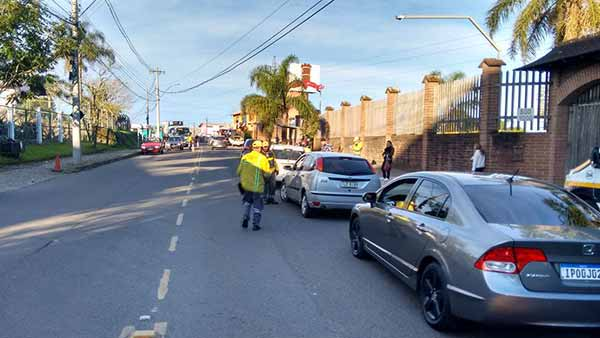 Blitz de trânsito no Desvio Rizzo - Caxias do Sul: Blitz de trânsito no Desvio Rizzo abordou 106 veículos