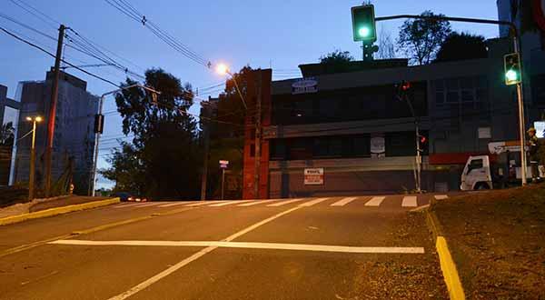 Equipamentos contribuirão com a segurança da comunidade caxiense - Semáforo entra em operação no bairro Nossa Senhora de Lourdes, em Caxias do Sul