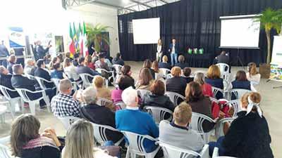 Estudantes falam sobre intercâmbio. - Cônsul da Itália participa da Suinofest