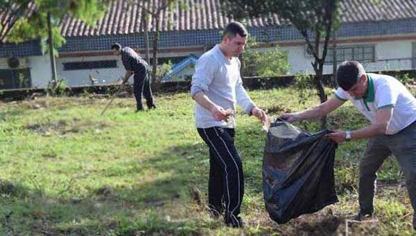 Grupo de voluntários limpam terreno - Parceria revitaliza espaços públicos no bairro Rondônia em NH
