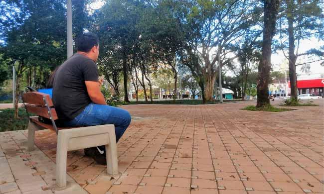 Mobiliário começa a ser instalado no calçadão e Praça do Imigrante - Calçadão e Praça do Imigrante começam a receber bancos e brinquedos