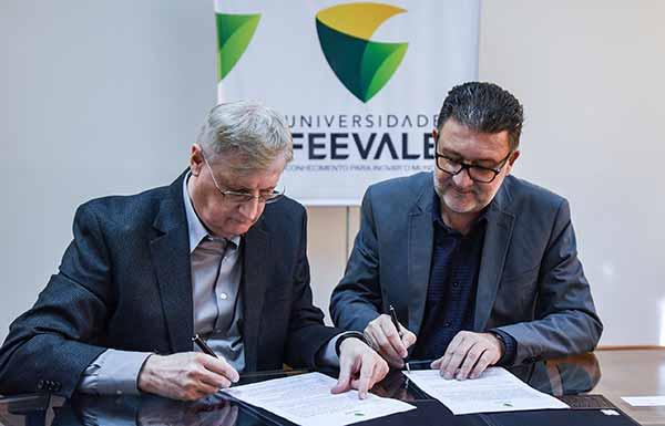 Oldemar Plantikow Brahm e Cleber Prodanov - Acist-SL firma parceria com Feevale e possibilita descontos aos associados