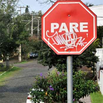 Placas de trânsito são alvo de vandalismo - Placas de trânsito são alvo de vandalismo e furtos