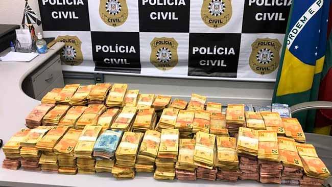 Polícia Civil - Polícia Civil apreende fuzis e mais de 380 mil reais em Novo Hamburgo
