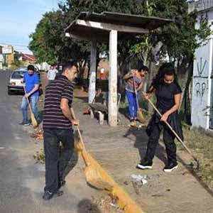 Voluntários em ação de limpeza 1 - Parceria revitaliza espaços públicos no bairro Rondônia em NH