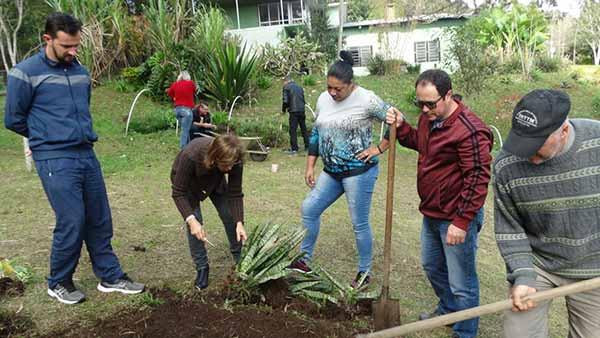 cuidados e embelezamento dos jardins de Caxias do Sul 2 - Servidores municipais são treinados para cuidar dos jardins de Caxias do Sul