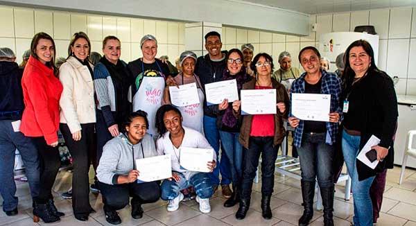 Confeiteiros Santa Cruz do Sul mão na massa 1 - Santa Cruz do Sul: Projeto certifica mais uma turma de novos confeiteiros