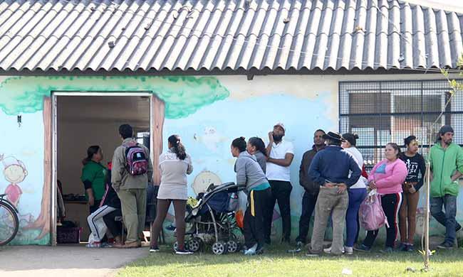 LojaSocialMovelCEU 018 - Esteio: moradores retiram roupas na Loja Social Móvel no CEU