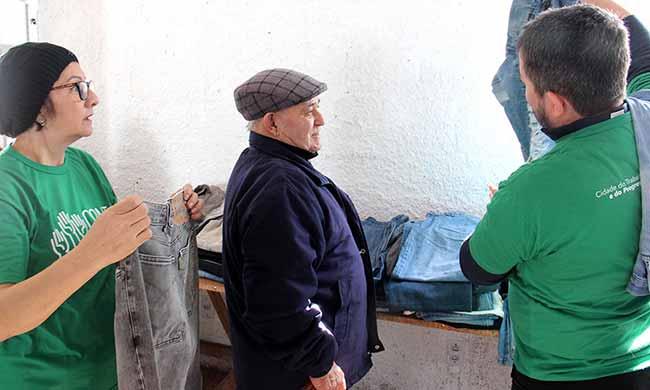 LojaSocialMovelCEU 0718 - Esteio: moradores retiram roupas na Loja Social Móvel no CEU