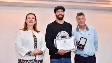 Prefeita Fátima Daudt entrega honraria ao goleiro Alisson Becker 390x220 - Alisson Becker é homenageado pela prefeitura de Novo Hamburgo