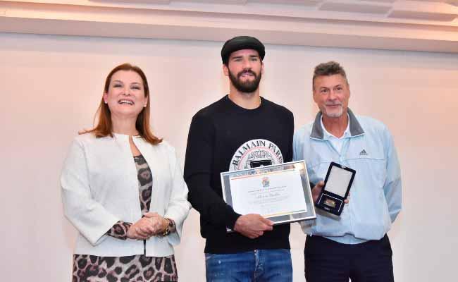 Prefeita Fátima Daudt entrega honraria ao goleiro Alisson Becker - Alisson Becker é homenageado pela prefeitura de Novo Hamburgo