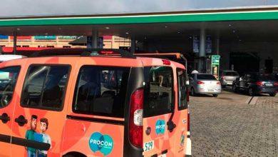 Viatura do Procon em fiscalização 390x220 - Procon fiscaliza e postos baixam preços dos combustíveis em Novo Hamburgo