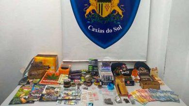 caxias do sul drogas e dinheiro 390x220 - LSD e haxixe são apreendidos em estúdio de tatuagem em Caxias do Sul