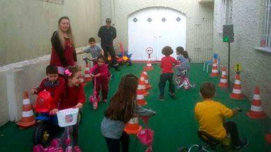 crianças trânsito pelotas aulas 2 390x220 - Pelotas: projeto de trânsito ensina mobilidade a crianças nas escolas