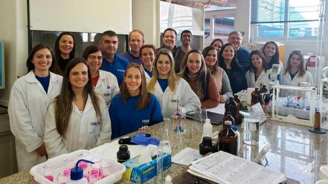equipe do laboratório da comusa - Laboratório da Comusa recebe reconhecimento da Rede Metrológica do RS