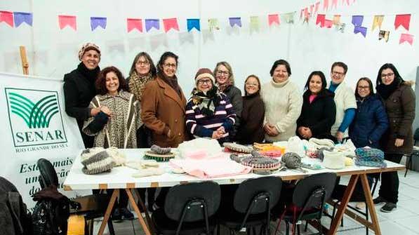 lã pelotas rs mulheres 1 - Pelotas: Cursos para confecção em lã de ovelha atraiu mulheres