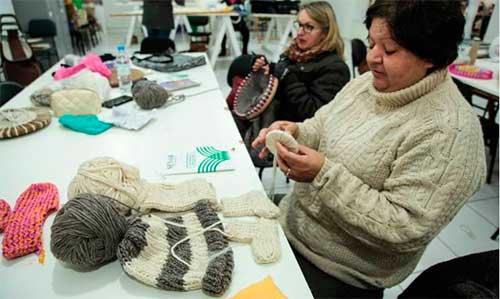 lã pelotas rs mulheres 3 - Pelotas: Cursos para confecção em lã de ovelha atraiu mulheres