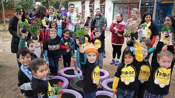 Alunos no Projeto Tribos. Cred Adriane Barbieri - Dia Nacional do Voluntariado é comemorado pela ONG Parceiros Voluntários no Largo Glênio Perez