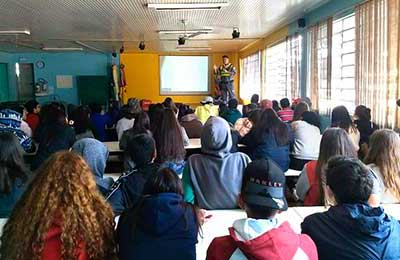 estudantes da Escola Castelo Branco 2 - Caxias do Sul: SMTTM promove segurança no trânsito na Escola Castelo Branco