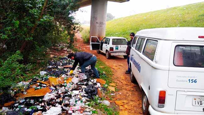 lixosl - Descarte irregular de lixo e carcaça de carro encontrados em São Leopoldo