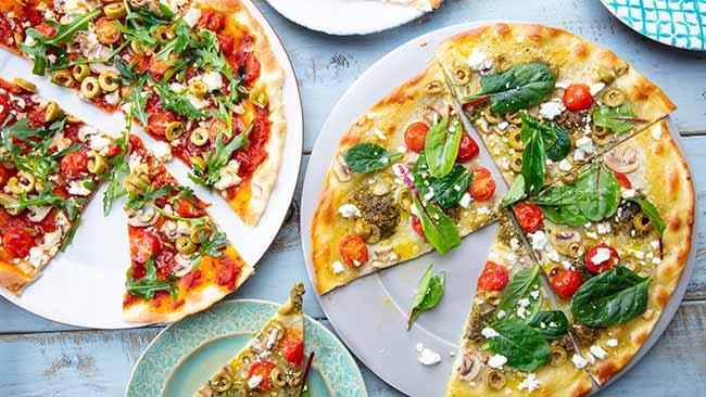pizza caseira 1 - Pizza de mascarpone, azeitonas e pesto