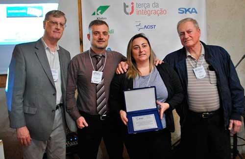receberam a placa alusiva ao aniversario o fundador anselmo wechenfelder e cintia e leandro wechenfelder - Calau Contabilidade promoveu a Terça da Integração da ACIST-SL
