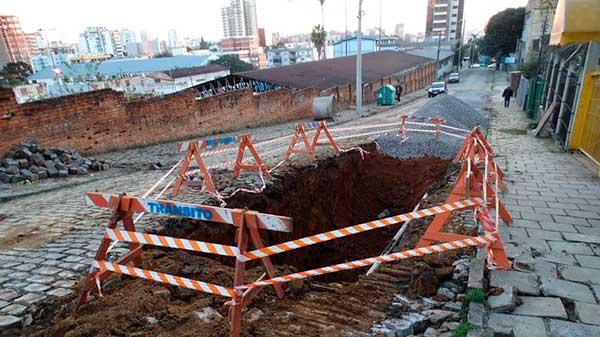 rua Dr. Montaury fica trancada 1 - Caxias do Sul: Dr. Montaury fica trancada para desvio de rede de drenagem