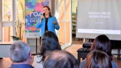 Prefeita se emocionou com a abertura do espaço 390x220 - Secretaria de Cultura reabre a Biblioteca Pública Municipal Machado de Assis