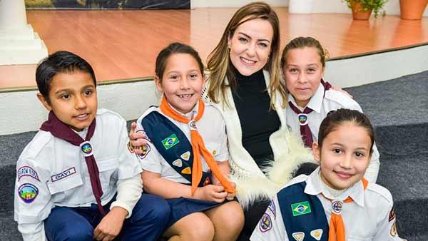 Primeira dama de Caxias do Sul - Primeira-dama de Caxias do Sul visita crianças da Igreja Adventista do Sétimo Dia