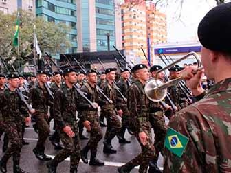 Santa Maria desfile 7 de setembro 1 - Abaixo de chuva, Santa Maria celebra o 7 de Setembro na Avenida Medianeira