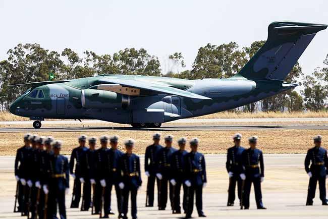 aviao fab - FAB recebe novo avião militar KC-390