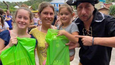Photo of Piratas do Cara de Mau entregam material escolar para crianças em Gramado